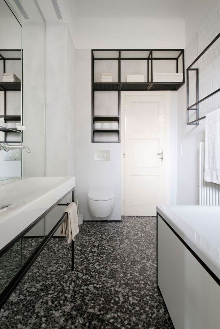 Id e d coration salle de bain salle de bains blanche am nag e avec un sanitaire blanc une - Etagere deco salle de bain ...