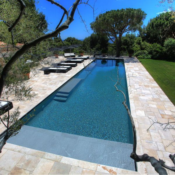 id e d coration salle de bain une piscine pour les sportifs leading. Black Bedroom Furniture Sets. Home Design Ideas