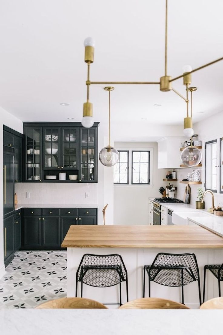 id e relooking cuisine cuisine blanche avec plan de travail en bois et mobilier de couleur. Black Bedroom Furniture Sets. Home Design Ideas