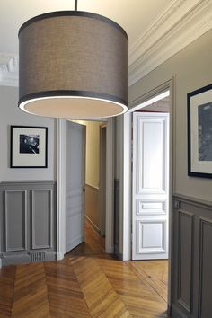 d co salon murs gris bicolores et parquet point de hongrie dans appartement haussmannien. Black Bedroom Furniture Sets. Home Design Ideas