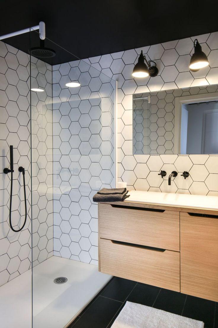 id e d coration salle de bain du noir du blanc et des motifs g om triques pour cette salle de. Black Bedroom Furniture Sets. Home Design Ideas