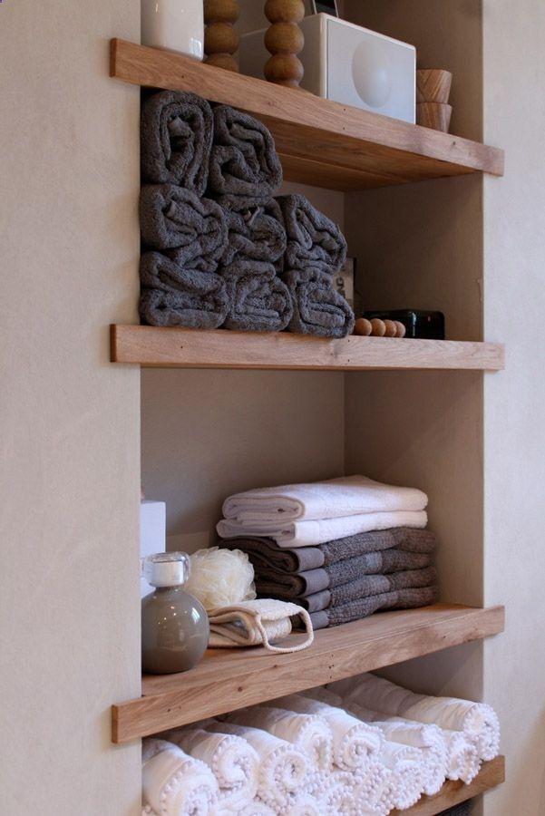 id e d coration salle de bain tag re brute cr e uniquement par des planches de bois ins r es. Black Bedroom Furniture Sets. Home Design Ideas