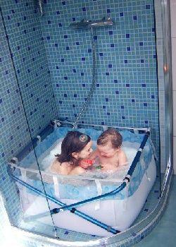 id e d coration salle de bain une baignoire pour enfants dans la douche avec bibabain coup. Black Bedroom Furniture Sets. Home Design Ideas