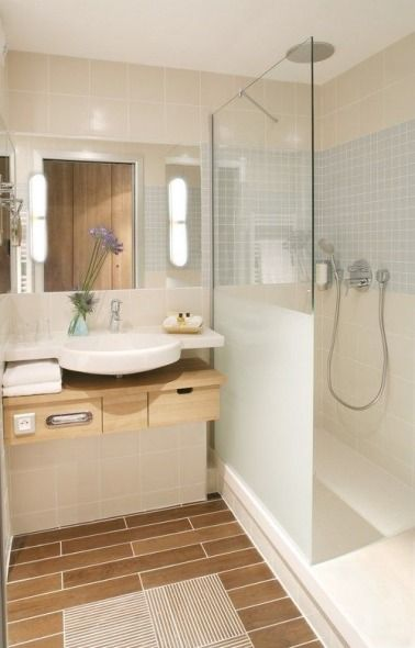 id e d coration salle de bain une petite salle de bain en carrelage imitation bois. Black Bedroom Furniture Sets. Home Design Ideas