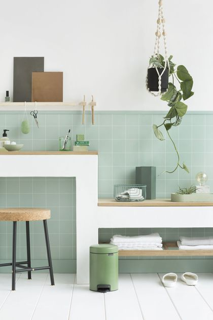 Description. Une Poubelle Verte Pour Une Salle De Bain Printanière