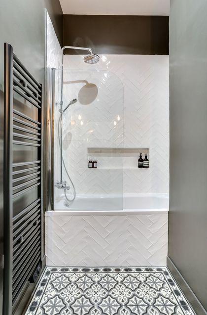 id e d coration salle de bain une salle de bains avec sol imitation carreaux de ciment. Black Bedroom Furniture Sets. Home Design Ideas