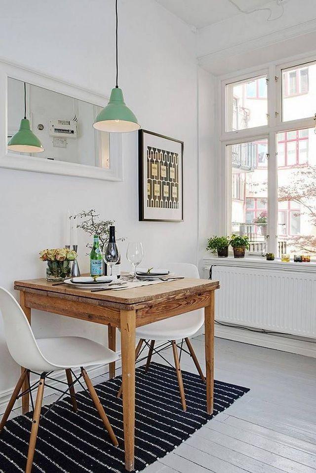 salle manger une cuisine bistrot avec une petite table en bois rustique. Black Bedroom Furniture Sets. Home Design Ideas
