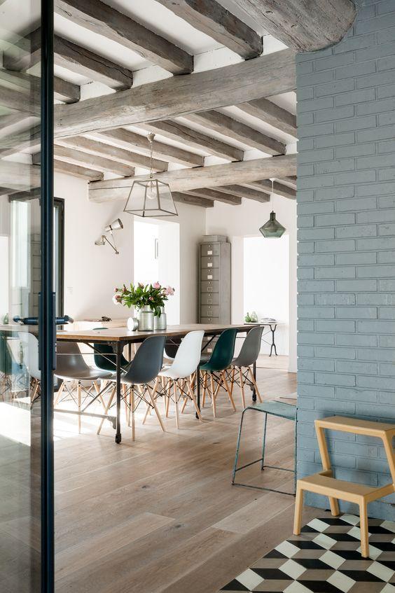 d co salon la couleur bleu gris habille les briques et donne une touche de modernit aux p. Black Bedroom Furniture Sets. Home Design Ideas