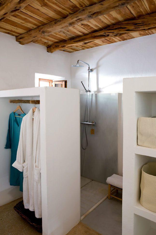 id e d coration salle de bain une cloison qui devient penderie pour cette petite salle de. Black Bedroom Furniture Sets. Home Design Ideas