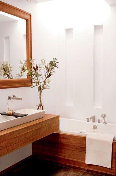 Id e d coration salle de bain une petite salle de bain d co blanche et bois for Deco salle de bain blanche