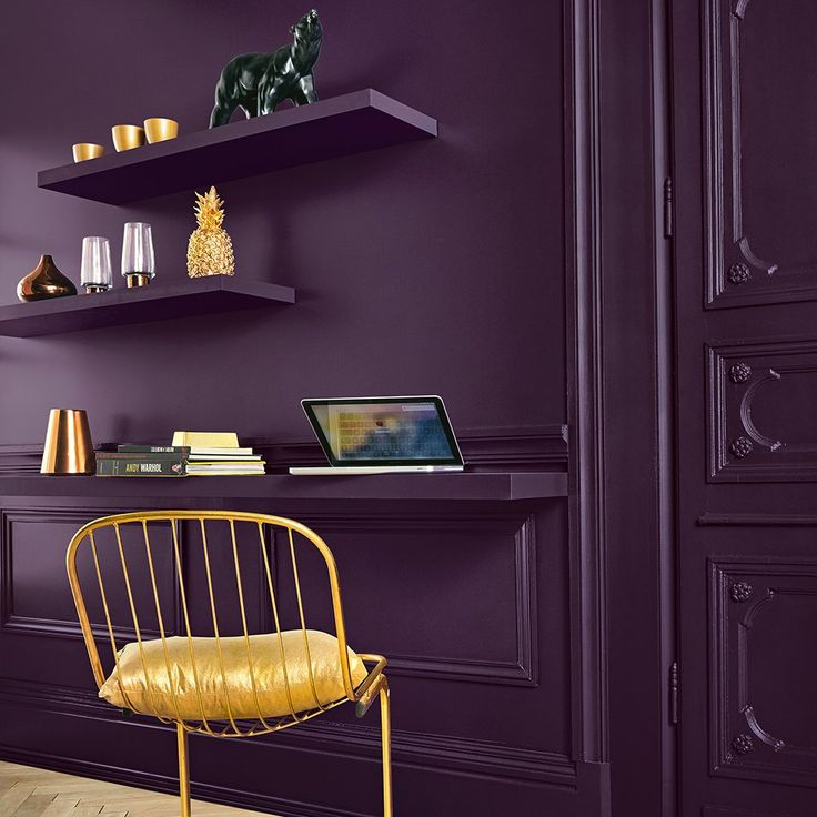 d co salon un mur couleur aubergine pour le coin bureau leading inspiration. Black Bedroom Furniture Sets. Home Design Ideas