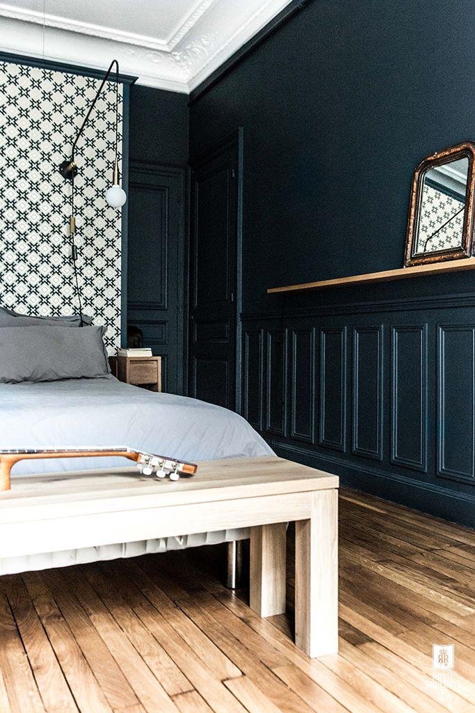 d co salon moulures sur les murs et papier peint g om trique en t te de lit. Black Bedroom Furniture Sets. Home Design Ideas