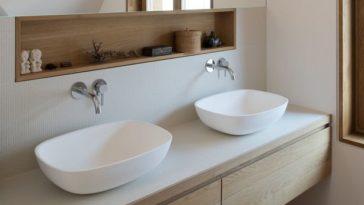 Id e d coration salle de bain salle de bain blanche avec for Coiffeuse de salle de bain