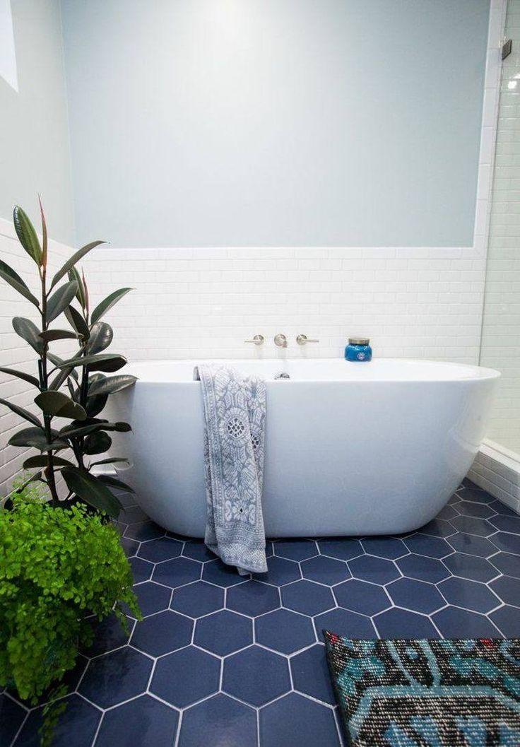 Idée décoration Salle de bain - carrelage hexagonal bleu pour petite ...