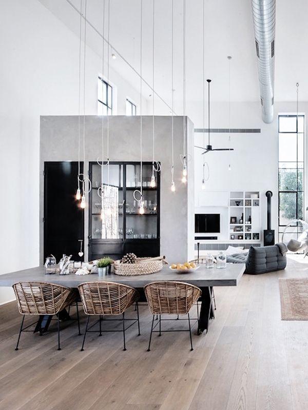 une grande table et des fauteuils en rotin pour une salle manger entre mati listspirit. Black Bedroom Furniture Sets. Home Design Ideas