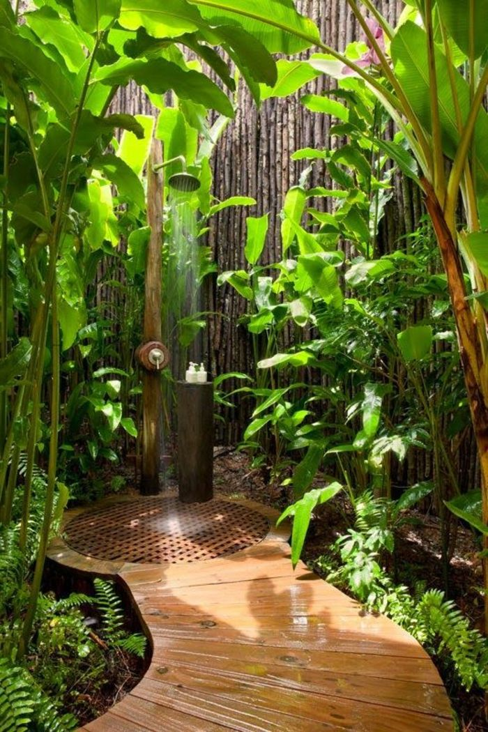 id e d coration salle de bain salle de bain exotique en dehors avec plantes vertes. Black Bedroom Furniture Sets. Home Design Ideas