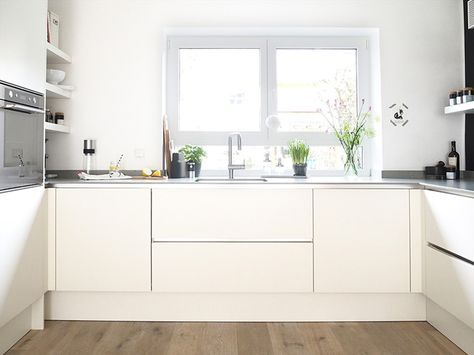 Description. Weiße, Moderne, Grifflose Küche ...