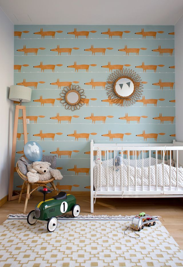 chambre d 39 enfant avec un papier peint bleu clair avec des renards leading. Black Bedroom Furniture Sets. Home Design Ideas