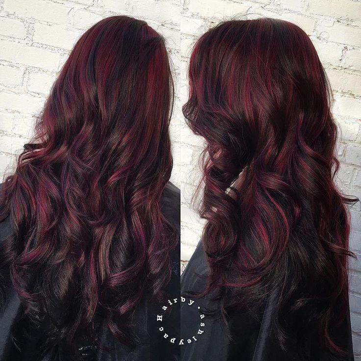 Nuances de rouge dans les coiffures des femmes