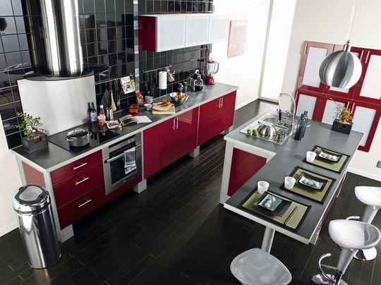 une cuisine rouge cerise avec lot central et table intgre plus de 23 mod