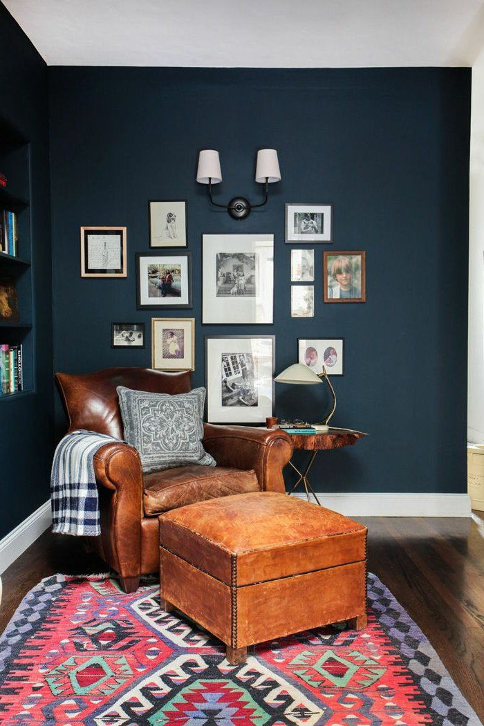 d co salon un fauteuil de lecture en cuir pour le salon baroque murs bleu fonc listspirit. Black Bedroom Furniture Sets. Home Design Ideas