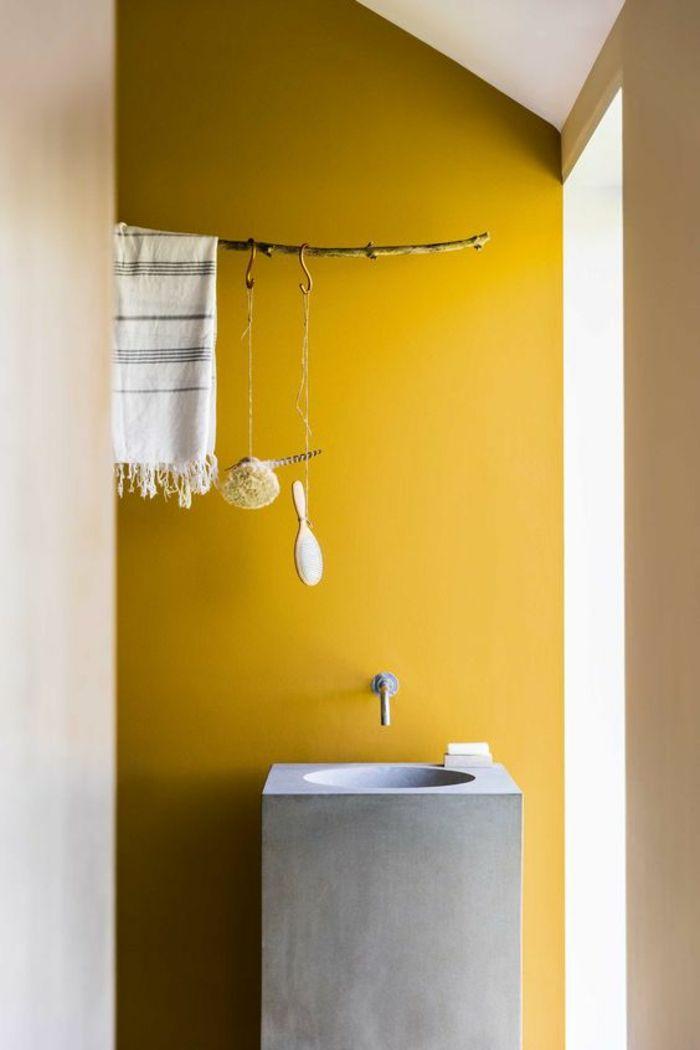 D co salon une salle de bains rustique am nag e sous for Deco salle de bain sous pente
