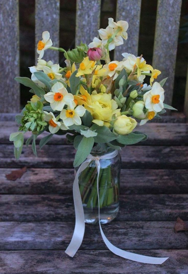 id e d coration maison en photos 2018 d co de table printemps composition florale jonquilles. Black Bedroom Furniture Sets. Home Design Ideas