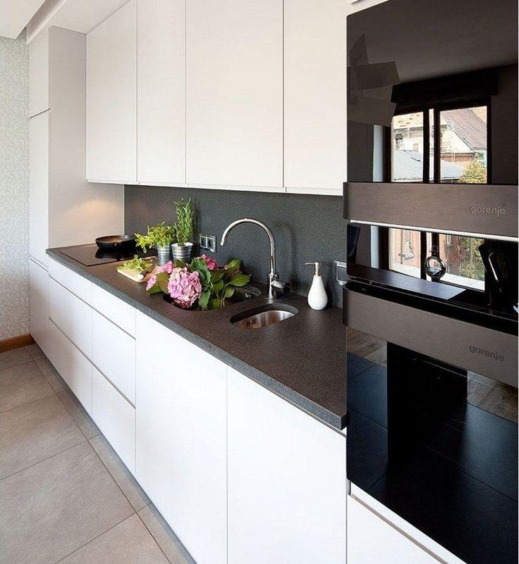 plans maison en photos 2018 plan de travail cuisine en granit et armoires blanches push open. Black Bedroom Furniture Sets. Home Design Ideas