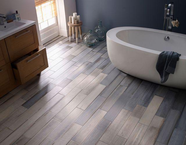 Idée décoration Salle de bain - Carrelage sol et mur bleu et blanc ...