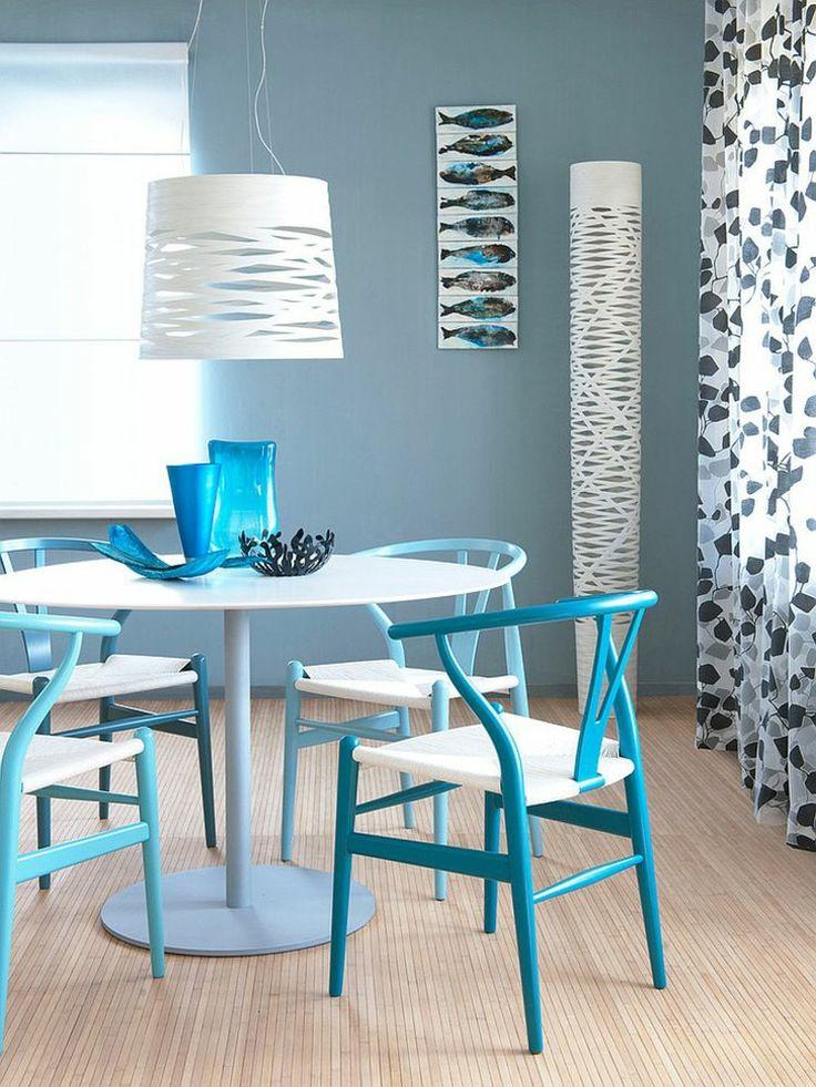 peinture murale bleu-gris et chaises salle à manger bleues ...
