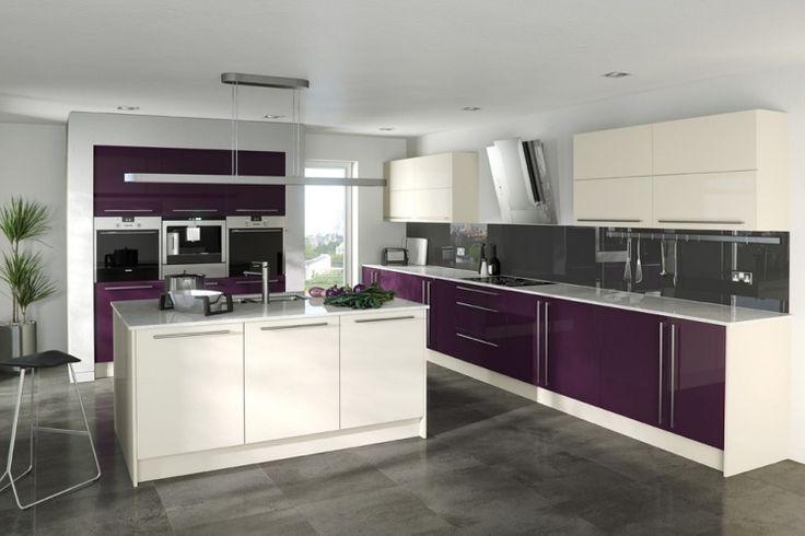 cuisine moderne avec lot central et armoires blanches et couleur aubergine. Black Bedroom Furniture Sets. Home Design Ideas