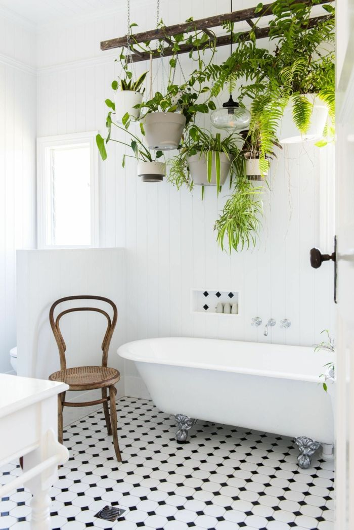 Id e d coration salle de bain carrelage en blanc et noir - Sechoir salle de bain mural ...