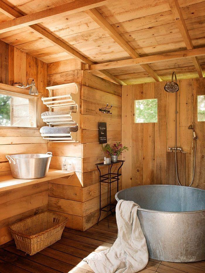 salle de bain rustique, baignoire métallique ronde et revêtement en ...