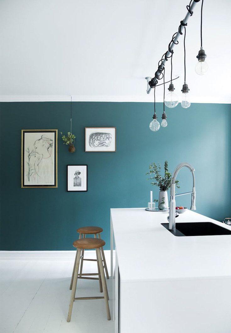 Déco Salon - cuisine-bleu-petrole-ilot-blanc-tabourets-bois ...