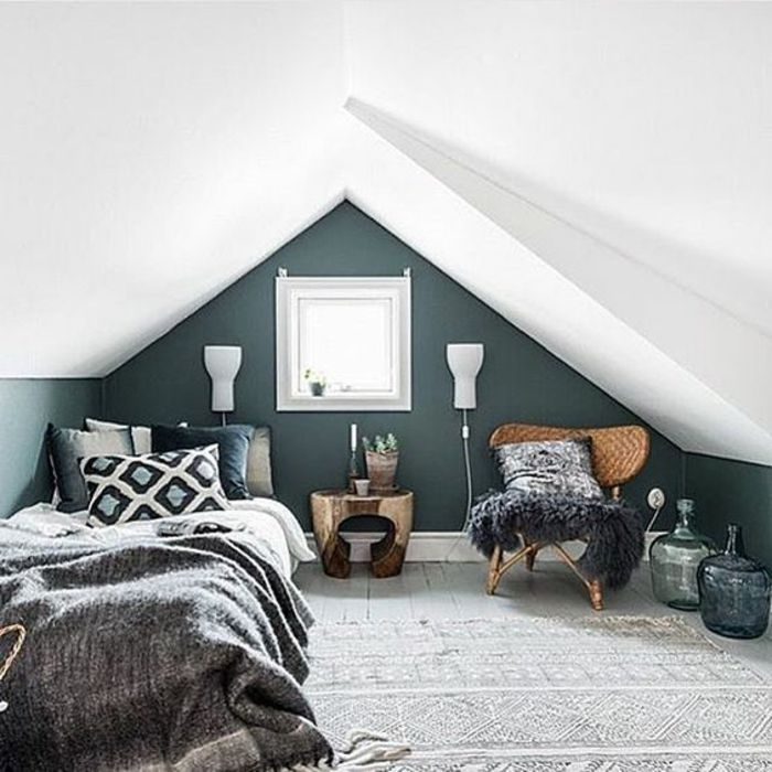 Déco Salon - chambre mansardée, couleur mur bleu pétrole, tapis gris ...